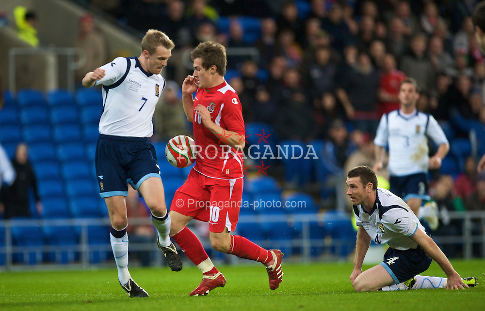 CARDIFF, WALES - Saturday, November 14, 2009: Wales' Aaron Ramsey and Scotland's Darren Fletcher during the international friendly match at the Cardiff City Stadium. (Pic by David Rawcliffe/Propaganda)