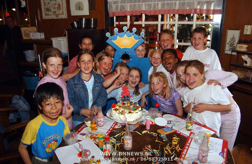 Verjaardagfeest dochter Anita Bloksiel , Donalda, taart, groepsfoto