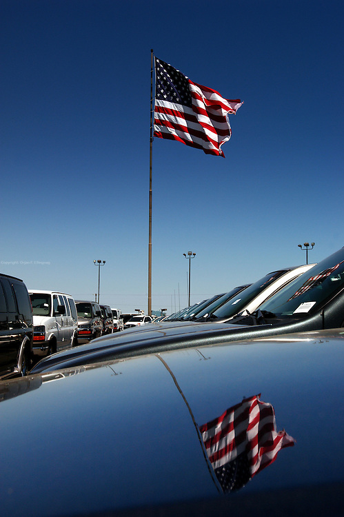 Austin, Texas, USA, 20030409: A giant american flag on the lot of a car dealer. Photo: Orjhan F. Ellingvag/ Corbis