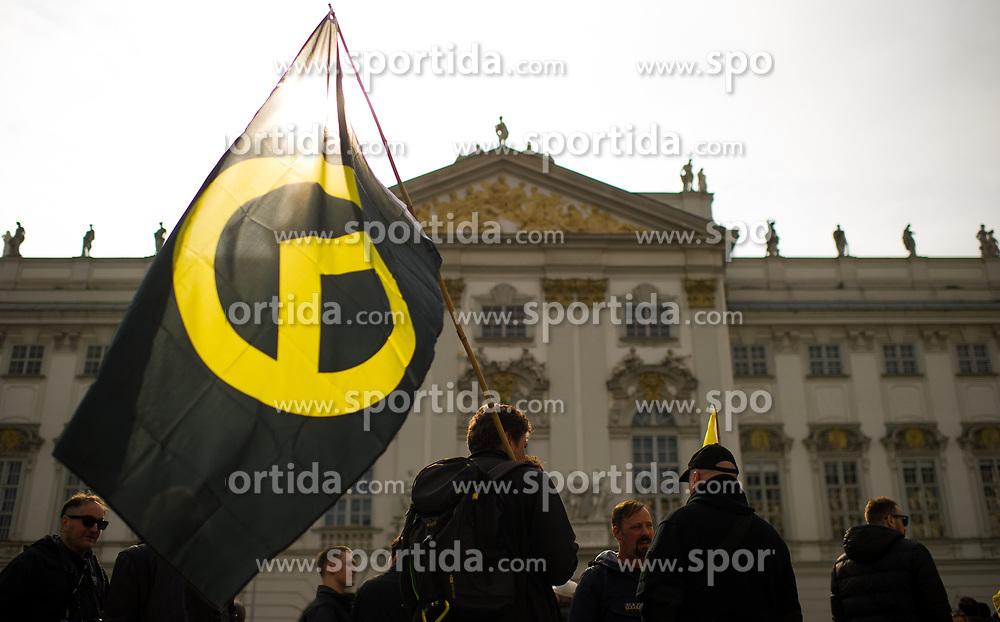 """13.04.2019, Innere Stadt, Wien, AUT, Demonstration der """"Identitären Bewegung Österreich"""" und Gegendemonstrationen der """"Plattform für eine menschliche Asylpolitik"""" und """"Offensive gegen Rechts"""". im Bild Demonstranten mit Flagge mit dem Identitären Logo // during demonstration of the far-right Identitarian movement and left-wing counter demonstrations in Vienna, Austria on 2019/04/13. EXPA Pictures © 2019, PhotoCredit: EXPA/ Michael Gruber"""
