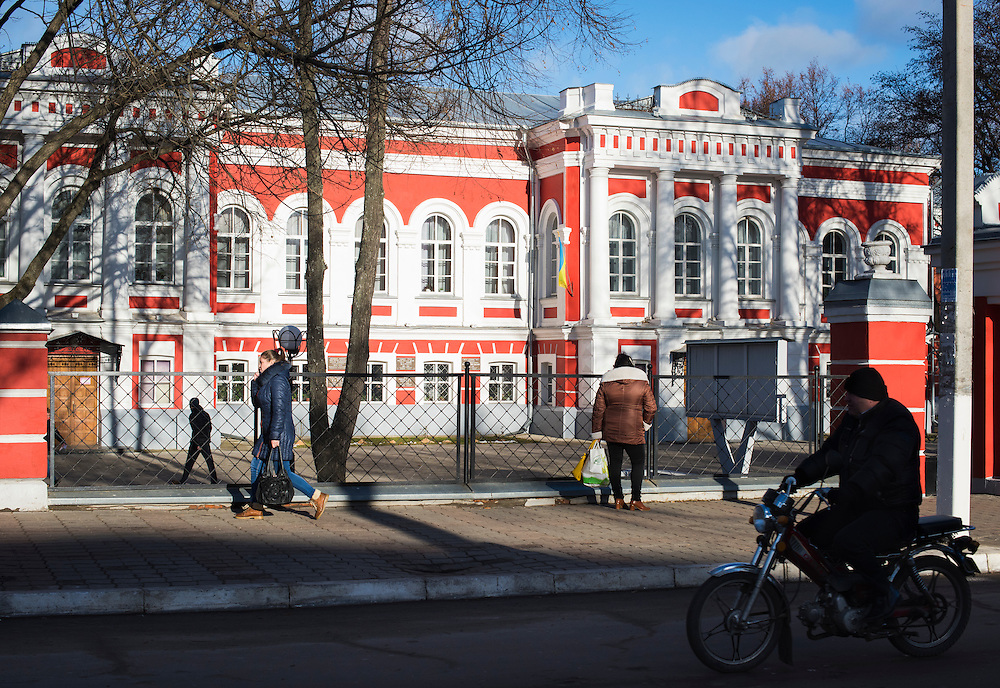 Des passants devant l'universit&eacute; nationale de P&eacute;dagogie le 8 d&eacute;cembre &agrave; Hlukhiv, Ukraine. Le b&acirc;timent, une maison &agrave; l'origine, a &eacute;t&eacute; donn&eacute; par les anc&ecirc;tres de Michel pour en faire une universit&eacute;.<br />