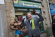 Witney, Oxfordshire, UK. 20th October 2016. Green candidate Larry Sanders, the 83-year-old brother of one-time US presidential hopeful Bernie Sanders canvasses and visits polling stations on the day of the Witney by-election following David Cameron's resignation. Pictured:  Larry Sanders poses for the camera outside a vitamin shop in Witney. // Lee Thomas, Flat 47a Park East Building, Bow Quarter, London, E3 2UT. Tel. 07784142973. Email: leepthomas@gmail.com   www.leept.co.uk (0000635435)
