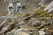 """Tijdens de eerste 2 weken van Augustus werd op een gletsjer in het Kaunertal, hoog in de bergen van Tirol, een Mars simulatie missie uitgevoerd onder de noemer AMADEE-15. Vijf speciaal getrainde """"astronauten"""" uit verschillende Europese landen hezen zich om beurten in de twee beschikbare ruimtepakken om o.a. geologische en astrobiologische experimenten uit te voeren, nieuwe technieken uit te testen en in het algemeen kennis en ervaring op te doen voor toekomstige echte bemande missies naar Mars. De missie werd georganiseerd door het Oostenrijkse ruimtevaartgenootschap ÖWF (Österreichisches Weltraum Forum), een verbond van professionals in de ruimtevaartindustrie, wetenschappers en mensen met een passie voor de ruimtevaart. Op de foto links de Nederlandse deelnemer Kartik Kumar en rechts de Portugese João Lousada, beiden ruimtevaartingenieurs en werkzaam in de ruimtevaartindustrie. COPYRIGHT JURRIAAN BROBBEL"""