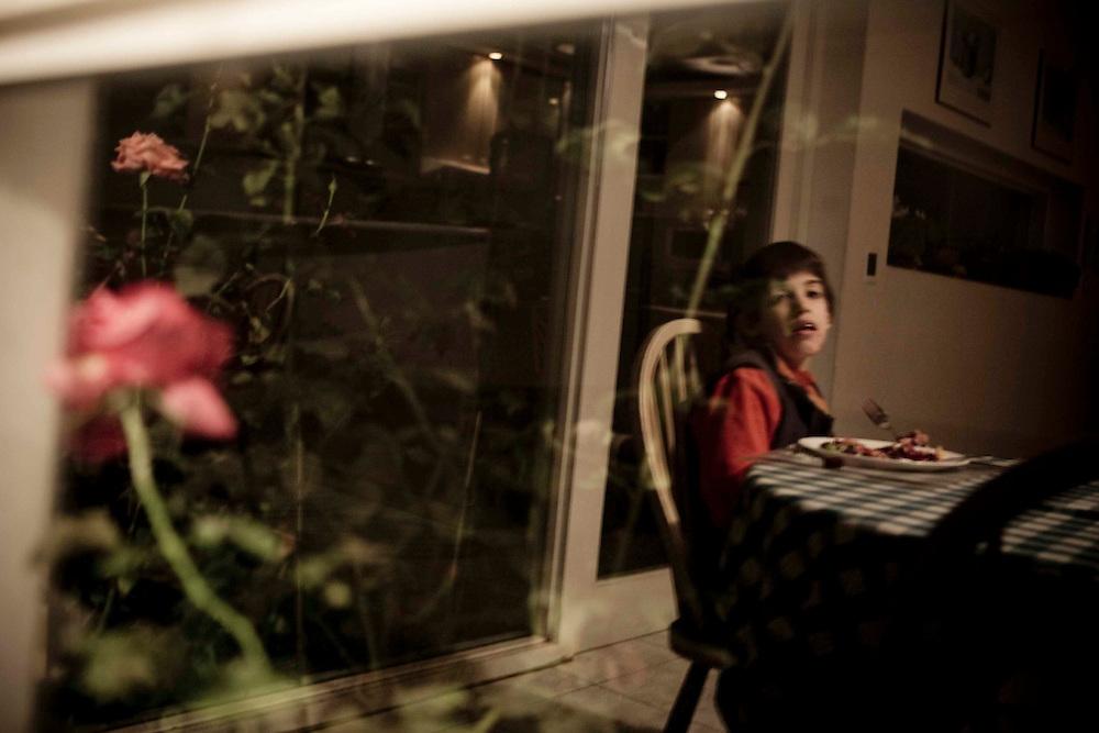 Cenando, mirando a las rosas.