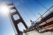Fietsers rijden over de Golden Gate Brug. Tussen het Schiereiland van San Francisco en Marin County ten noorden van de metropool San Francisco ligt de Golden Gate Brug over de zeestraat Golden Gate, tussen de San Francisco Bay en de Stille Oceaan. De brug is een van de zeven moderne wereldwonderen en is op 27 mei 1937 geopend. De tolbrug is een van de meest herkenbare symbolen van San Francisco en Californie.<br /> <br /> Cyclists pass the Golden Gate Bridge. Between the San Francisco Peninsula and Marin County north of the metropolis of San Francisco's lays Golden Gate Bridge on the Golden Gate strait, between San Francisco Bay and the Pacific Ocean. Lies The bridge is one of the seven modern wonders of the world and was opened on May 27, 1937. The toll bridge is one of the most recognizable symbols of San Francisco and California.