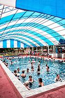 Piscina coberta nas Thermas de Ilha Redonda. Palmitos, Santa Catarina, Brasil. / Indoor swimming pool at Thermas de Ilha Redonda. Palmitos, Santa Catarina, Brazil.