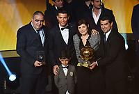 Zuerich, 12.1.2015, FIFA Ballon d'Or 2014, Cristiano Ronaldo posiert mit seiner Familie und dem Pokal am FIFA Ballon d`Or 2014. (Melanie Duchene/EQ Images)