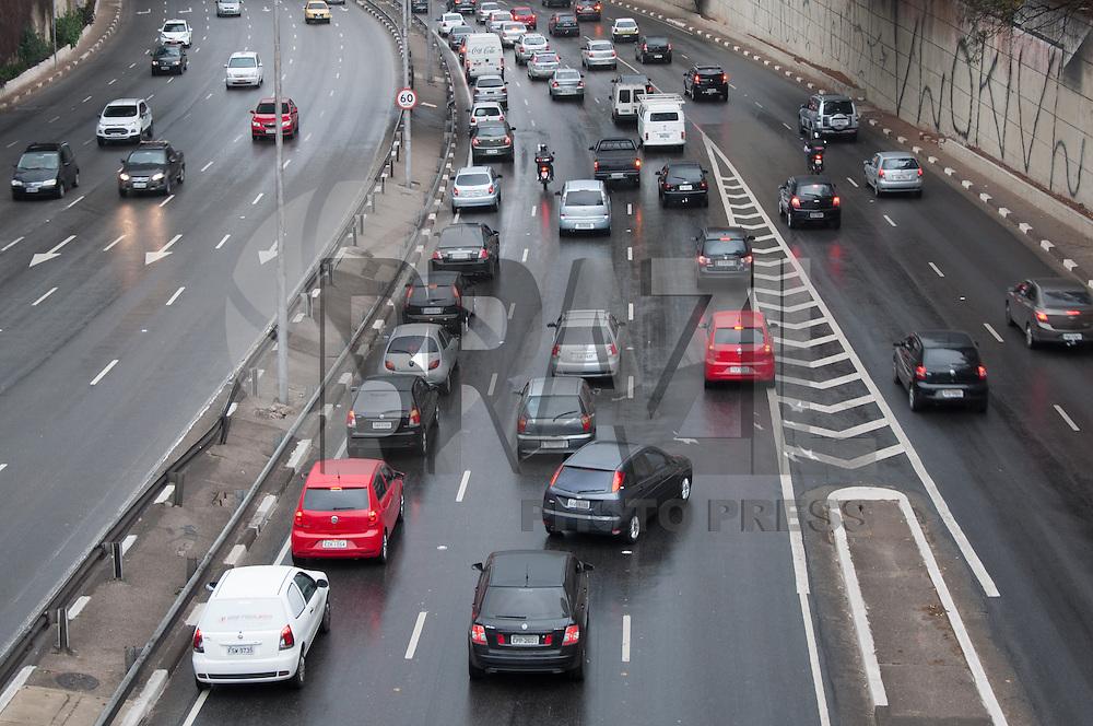 SÃO PAULO - SP - 08,08,2014 - TRÂNSITO CAPITAL SP - O motorista segue com lentidão na Avenida Radial Leste sentido Zona Leste na tarde dessa sexta-feira,08 (Foto:Kevin David/Brazil Photo Press)