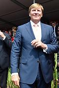 Koning Willem-Alexander deelt gladiolen uit vanaf de tribune op de Via Gladiola tijdens de slotdag van de Nijmeegse Vierdaagse.<br /> <br /> King Willem-Alexander shares gladiolus out from the stands on the Via Gladiola during the final day of the Nijmegen Marches.<br /> <br /> Op de foto / On the photo:  Koning Willem Alexander deelt Gladiolen uit / King William Alexander gives off Gladiolus