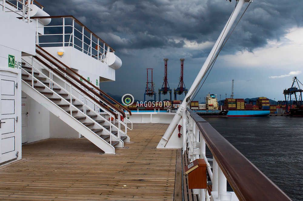 Tempestade se formando na regiao do porto de Santos // Storm coming at Santos port, Brazil 2012.