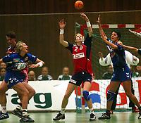 Håndball, 25. september 2002. Treningskamp, Norge  - Jugoslavia 28-29. Tonje Larsen, Norge, strekker seg etter ballen. Til venstre: Bojana Petrovic, Jugoslavia. Til høyre: Ivana Mlaclenovic, Jugoslavia.