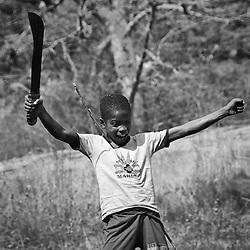 Rapaz nas Pedras Negras de Pungo Andongo na província de Malange na época seca (cacimbo). Angola