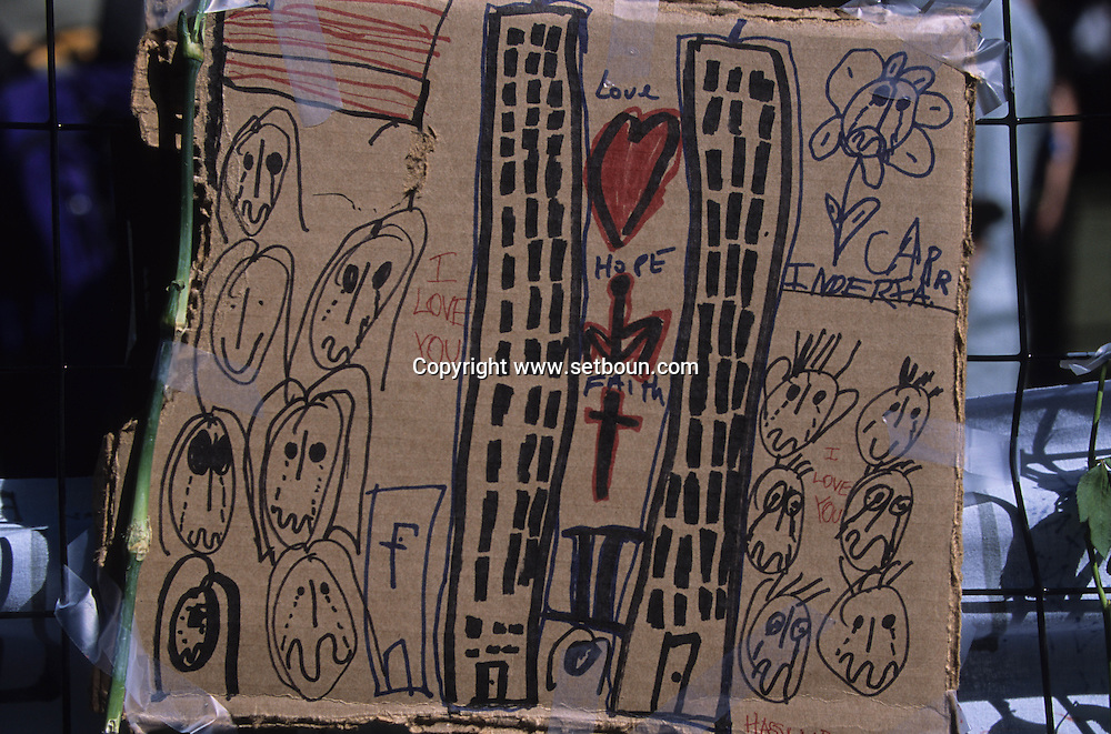 New York .paintings drawings and testimony on memorials around the destroyed world trade center  and in the city, after the attack:  New York  Usa /   dessin, affiches et temoignages sur les memorial autour du world trade center detruit. et dans la ville apres l'attaque,   New York  USa