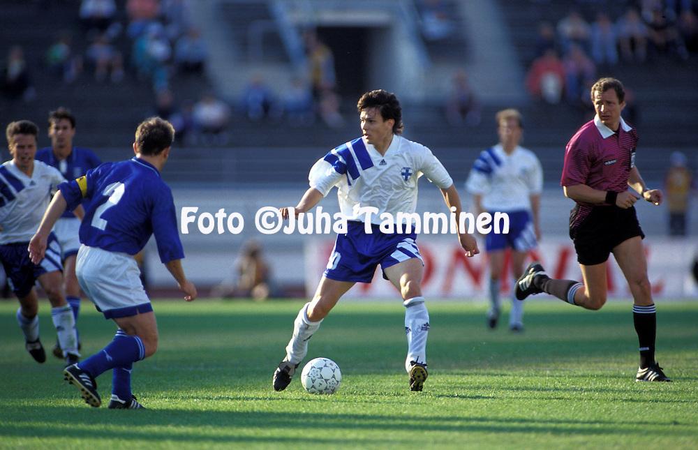 11.6.1995, Olympiastadion / Olympic Stadium, Helsinki.<br /> UEFA European Championship 1996 Qualifying match, Finland v Greece.<br /> Jari Litmanen (Finland) v Efstratios Apostolakis (Greece).