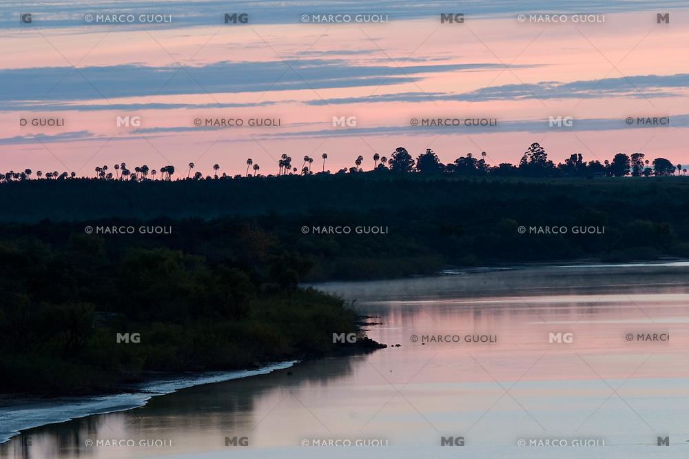 RIO URUGUAY AL AMANECER, PARQUE NACIONAL EL PALMAR, PROV. DE ENTRE RIOS, ARGENTINA