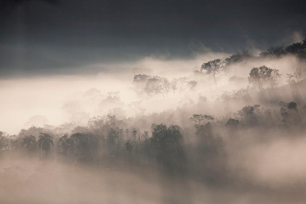 Nova Lima_MG, Brasil...Montanhas com neblina em Sao Sebastiao das Aguas Claras, tambem conhecido como Macacos...Mountains with fog in Sao Sebastiao das Aguas Claras or Macacos...Foto: JOAO MARCOS ROSA / NITRO