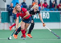 AMSTELVEEN  - Mila Muyselaar (Laren) met Ilse Kappelle (Adam)  tijdens de hoofdklasse competitiewedstrijd hockey dames , Amsterdam-Laren (3-0)  , COPYRIGHT KOEN SUYK