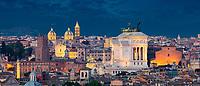 Blick vom Gianicolo über die Stadt Rom. Gianicolo ist ein Hügel im Westen der Stadt. Er ist der zweithöchste Hügel von Rom und erlaubt wegen seiner Lage außerhalb des antiken Stadtzentrums einen Ausblick auf die ganze Stadt.