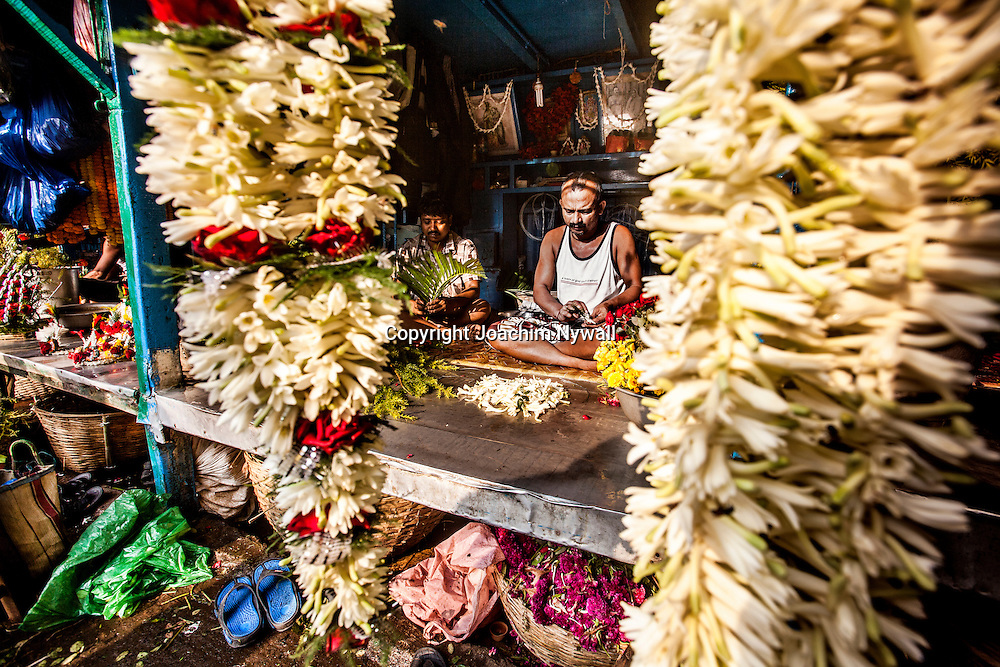 2014 10 28 Kolkata Calcutta <br /> West Bengal India<br /> <br /> Malik ghat Blomstermarknaden vid Howrah bron<br /> <br /> Malik ghat Flower market by the <br /> Howrah bridge<br /> <br /> <br /> FOTO : JOACHIM NYWALL KOD 0708840825_1<br /> COPYRIGHT JOACHIM NYWALL<br /> <br /> ***BETALBILD***<br /> Redovisas till <br /> NYWALL MEDIA AB<br /> Strandgatan 30<br /> 461 31 Trollh&auml;ttan<br /> Prislista enl BLF , om inget annat avtalas.