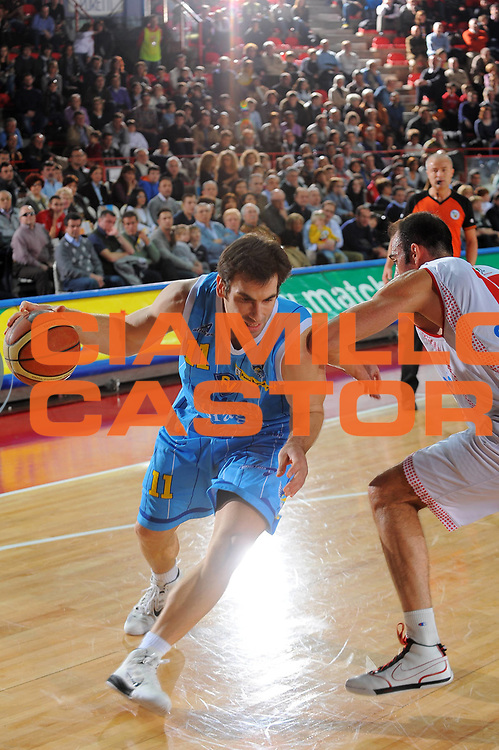 DESCRIZIONE : Varese Lega A 2010-11 Cimberio Varese Vanoli Braga Cremona<br /> GIOCATORE : Jasmin Perkovic<br /> SQUADRA : Vanoli Braga Cremona<br /> EVENTO : Campionato Lega A 2010-2011<br /> GARA : Cimberio Varese Vanoli Braga Cremona<br /> DATA : 06/03/2011<br /> CATEGORIA : Palleggio<br /> SPORT : Pallacanestro<br /> AUTORE : Agenzia Ciamillo-Castoria/A.Dealberto<br /> Galleria : Lega Basket A 2010-2011<br /> Fotonotizia : Milano Lega A 2010-11 Cimberio Varese Vanoli Braga Cremona<br /> Predefinita :