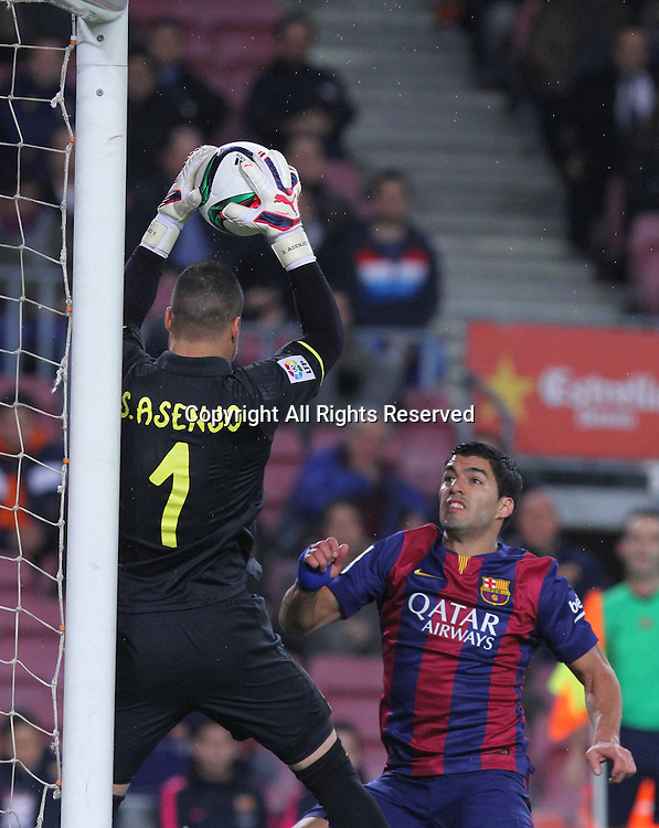 11.02.2015 Barcelona, Spain. Spanish Cup , Semi-final.  Asenjo makes a save in front of Suarez during game between FC Barcelona against Villareal at Camp Nou