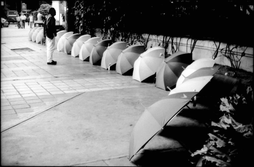 DAILY VENEZUELA / VENEZUELA COTIDIANA.Seller Umbrellas, Caracas - Venezuela 2001.(Copyright © Aaron Sosa)
