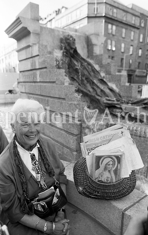 Mary Margaret Dunne beside the Anna Livia statue on Dublin's O'Connell St June 1988. (Part of the Independent Newspapers Ireland/NLI Collection).