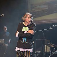 """Peter Hein, Saenger der Gruppe Fehlfarben, bei einem Konzert in der Berliner Volksbuehne am 23. Juni 2017. Im Hintergrund Kurt """"Pyrolator"""" Dahlke."""