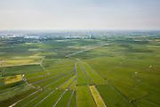 Nederland, Noord-Holland, Gemeente Ouder-Amstel, 25-05-2010. Amstelland, Polder de Rondehoep (ook Polder de Ronde Hoep), een van de grootste onbebouwde weidegebieden van de Randstad met karakteristiek stervormig kavelpatroon. Dit slotenpatroon van gerende verkaveling is ontstaan ten tijde van de ontginning in de middeleeuwen. Aan de horizon de Vinkeveensche Plassen..The Polder Rondehoep (or Polder Round Hoep), one of the largest undeveloped pasture area's in the Randstad with characteristic star-shaped pattern. This pattern is the result of the extraction during the Middle Ages..luchtfoto (toeslag), aerial photo (additional fee required).foto/photo Siebe Swart