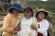 Isla del Sol (I?le du Soleil) est une i?le situe?e dans le lac Titicaca en Bolivie. La plus grande partie de l'i?le est peuple?e d'indiens d'origine quechua et aymara lesquels s'occupent d'artisanat et d'e?levage. C'est un endroit qui vaut vraiment le de?tour pour les magnifiques randonne?es qu'on peut y faire. Ces jeunes ame?rindiennes semblaient trouver bien amusant d'e?tre prises en photo.