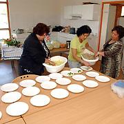Reunie Meentamorfose Huizen, The kikkert bereid de indonesische maaltijd