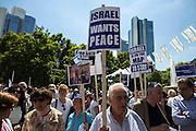 Frankfurt am Main | 17 July 2014<br /> <br /> Solidarit&auml;tsdemo f&uuml;r Israel, f&uuml;r Frieden und f&uuml;r das Ende der Angriffe der Hamas auf dem Opernplatz vor der Alten Oper in Frankfurt am Main, hier: Transparent &quot;Free Gaza from Hamas&quot;. <br /> <br /> &copy; peter-juelich.com