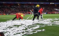 FUSSBALL CHAMPIONS LEAGUE  SAISON 2016/2017 ACHTELFINALE RUECKSPIEL Arsenal London - FC Bayern Muenchen            07.03.2017 Ordner beseitigen Luftschlangen aus dem Strafraum