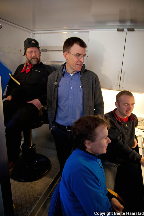 Lavrans Skuterud i Statens Strålevern (stående) forteller Algot Jåma om målingen av radioaktivitet. Bredo Møller (foran) og Jon Drefvelin sjekker at prosessen går som den skal.