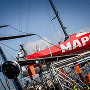 © María Muiña I MAPFRE: MAPFRE El equipo de tierra del Desafío MAPFRE y el equipo del astillero de Volvo Ocean Race pinchan el nuevo mástil del VO65 MAPFRE en Lisboa. MAPFRE shore crew and the Volvo Ocean Race boatyard stepping the new mast of VO65 MAPFRE in Lisbon.