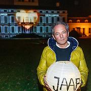 NLD/Soest/20181206 - KWF Kankerbestrijding onthult 3e editie lampionnenactie, Andre van der Toorn met een herdenkingslampion