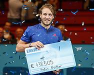 Sieger LUCAS POUILLE haelt den Siegerscheck, Siegerehrung<br /> <br /> Tennis - ERSTE BANK OPEN 2017 - ATP 500 -  Stadthalle - Wien -  - Oesterreich  - 29 October 2017. <br /> &copy; Juergen Hasenkopf