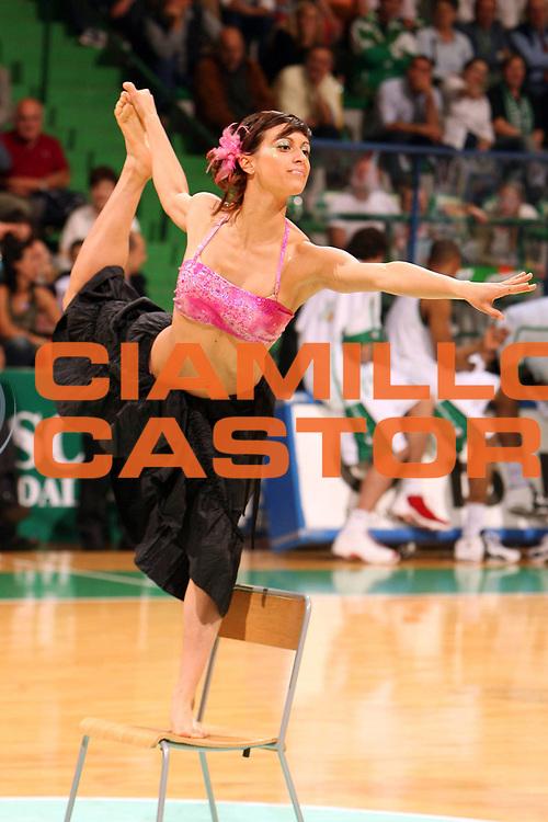 DESCRIZIONE : Siena Lega A1 2005-06 Play Off Quarti Finale Gara 3 Montepaschi Siena Lottomatica Virtus Roma <br /> GIOCATORE : Cheerleaders<br /> SQUADRA : Montepaschi Mens Sana Siena<br /> EVENTO : Campionato Lega A1 2005-2006 Play Off Quarti Finale Gara 3<br /> GARA : Montepaschi Siena Lottomatica Virtus Roma <br /> DATA : 23/05/2006 <br /> CATEGORIA :<br /> SPORT : Pallacanestro <br /> AUTORE : Agenzia Ciamillo-Castoria/E.Castoria