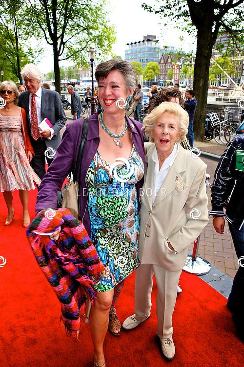 AMSTERDAM - Bij het Koninklijk Theater Carre is de premiere van Circus Hurricane Hans Klok van start gegaan. Met op de foto Jetty Paerl en haar dochter Anne-Rose Bantzinger. FOTO LEVIN DEN BOER - PERSFOTO.NU