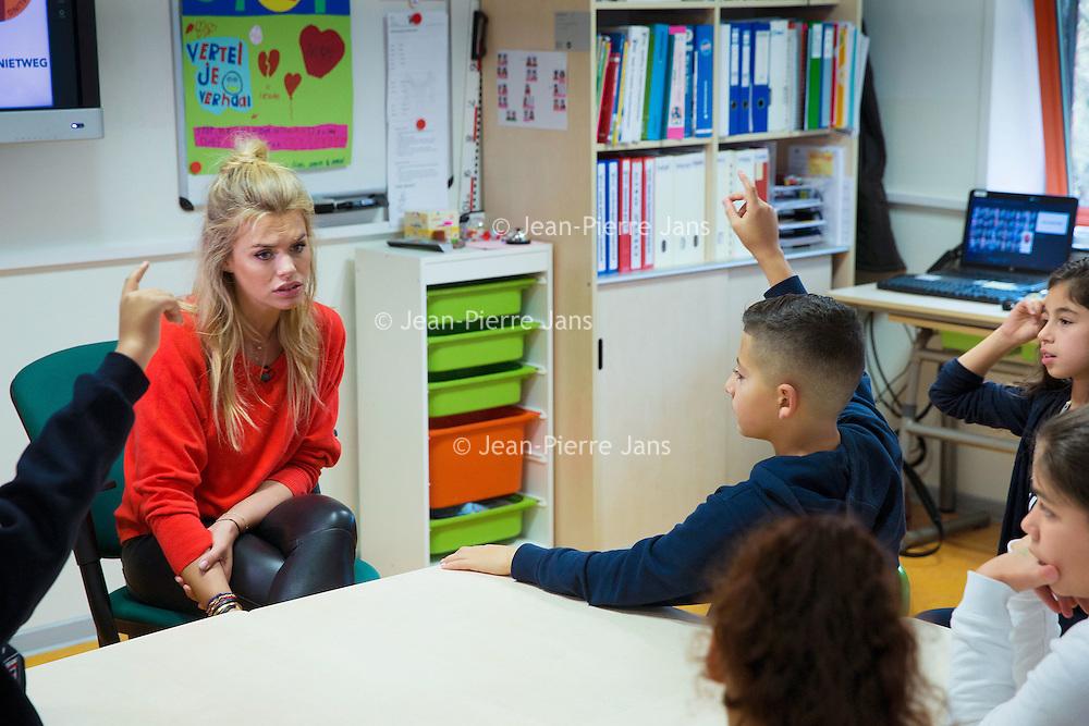 Nederland, Utrecht, 16 november 2016.<br /> Onderwijs, kinderopvang en ouders slaan handen ineen bij aanpak kindermishandeling.<br /> Onderwijs, kinderopvang, peuterspeelzalen en ouderorganisaties gaan samenwerken ter verbetering van de signalering en aanpak van kindermishandeling. Zij hebben zich daartoe verenigd in de 'Beweging tegen Kindermishandeling', op initiatief van de Taskforce kindermishandeling en seksueel misbruik. Het startschot voor de beweging werd vandaag gegeven in de Week tegen Kindermishandeling op basisschool Op Dreef in Utrecht. Daar ging Nicolette van Dam in gesprek met de kinderen van groep 7 over kindermishandeling en hoe zij kunnen helpen wanneer ze het vermoeden hebben dat een klasgenootje slachtoffer is van kindermishandeling.<br /> <br /> Foto: Jean-Pierre Jans