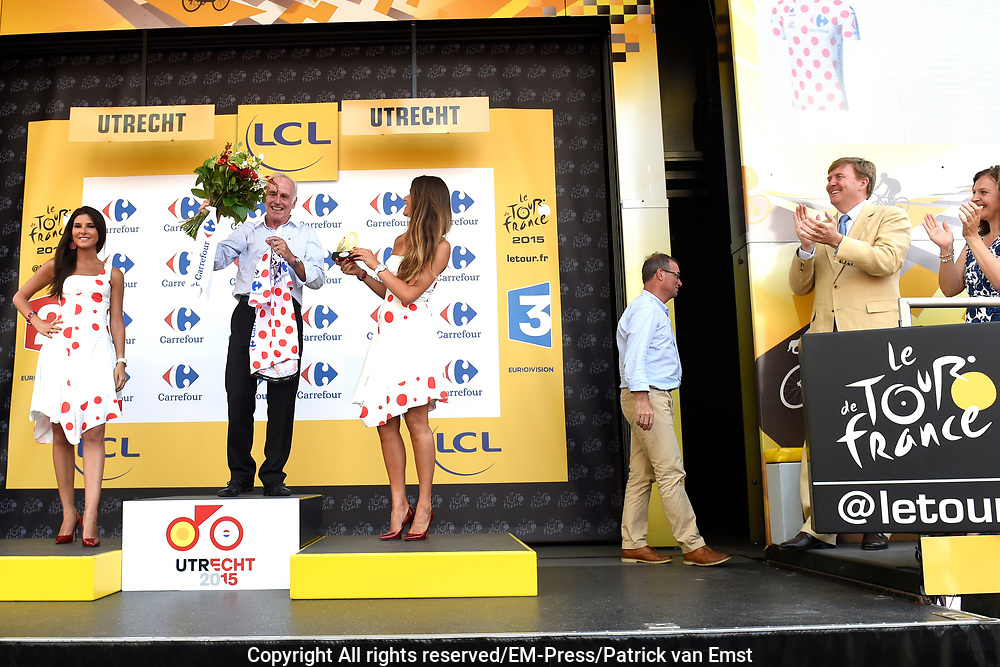 Uitreiking Gele trui na eerste etappe in Utrecht na de individuele tijdrit van 13,8 km.<br /> <br /> Presentation Yellow jersey after the first stage in Utrecht after the individual time trial of 13.8 km.<br /> <br /> Op de foto / On the photo:   Joop Zoetemelk en Koning Willem Alexander