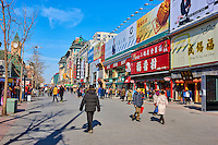 Chine, Pékin (Beijing), la rue commerçante de Wangfujing Daje // China, Beijing, Wangfujing Daje street