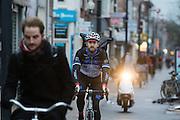 In Utrecht rijdt een fietskoerier over de Amsterdamsestraatweg tegen de wind in met achter hem een scooter.<br /> <br /> In Utrecht cyclists are riding against the wind.