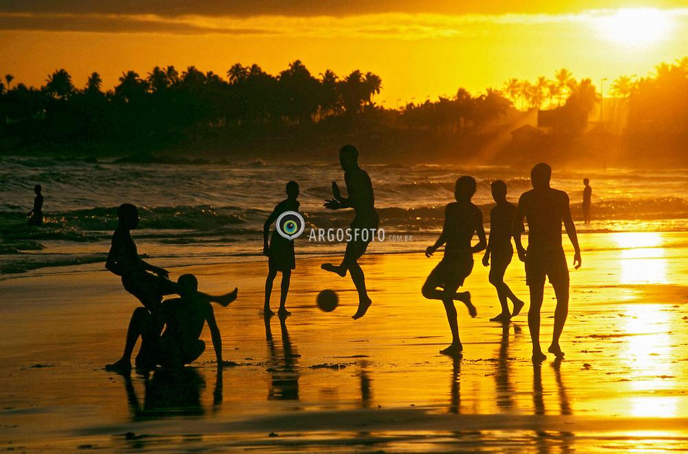 Salvador , Bahia, Brasil; 1992; .Praia de Itapua. Futebol ao cair da tarde./ Itapua beach. Soccer at dawn..Foto © Marcos Issa/Ag.Argosfoto