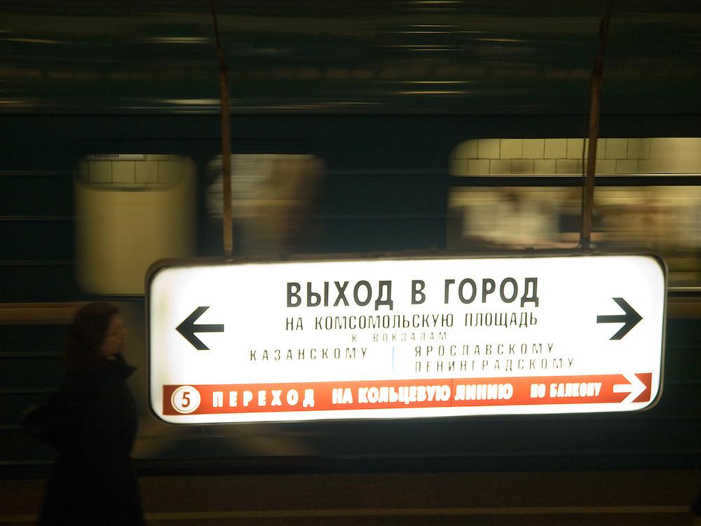 Die Metro Station Komsomolskaja der Ringlinie wird oftmals als die schoenste Station im gesamten Metronetz angesehen. Der 1952 eroeffnete Haltepunkt befindet sich unterhalb des Komsomolskaja-Platzes, direkt am Leningrader, am Jaroslawler und am Kasaner Bahnhof. Die 72 achteckigen Pfeiler im Bahnsteigbereich, die allesamt mit hellem Marmor verkleidet sind, haben neben der stuetzenden Funktion den Charakter eines Dekorationsmittels. Auf den Kapitellen liegen Rundboegen auf, die beim Metronutzer den Eindruck erwecken, beim Gang zu den Gleisen ein Rundtor zu passieren. Der Deckenbereich ist mit mehreren grossen Kronleuchtern dekoriert. Zwischen diesen geben acht Monumentalmosaiken, jeweils aus 300.000 einzelnen Teilen bestehend und durch Stuck umrahmt, Szenerien der russischen Geschichte wieder. Damit wird ein nahezu barockes Erscheinungsbild erzeugt. Die Metrostation umfasst auch mehrere oberirdische Passagen.<br /> <br /> Metro Komsomolskaya is a station on the Koltsevaya Line of the Moscow Metro, arguably the most opulent in a system known for its palatial stations. The station's most noticeable feature is its grandiose Baroque-style ceiling, which is painted pale yellow and encrusted with mosaics and floral moldings. The ceiling is supported by 68 octagonal white marble columns with modified Ionic capitals. The building is situated on the north side of Komsomolskaya Square, between the Leningradsky Rail Terminal and the Yaroslavsky Rail Terminal.