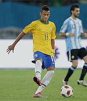 FUSSBALL   INTERNATIONAL   Testspiel  in  Doha  17.11.2010 Argentinien - Brasilien NEYMAR (Brasilien) am Ball