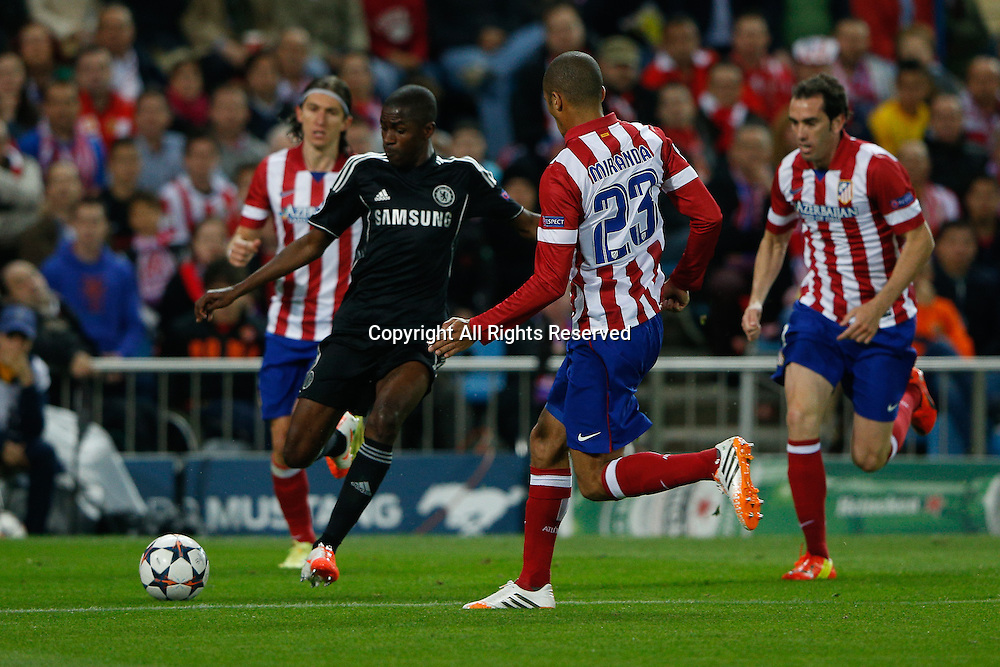 22.04.2014. Madrid, Spain. UEFA Champions League semi-final. Atletico de Madrid versus Chelsea C.F. at Vicente Calderon stadium.  Ashley Cole of Chelsea is covered by Atletico's  Miranda