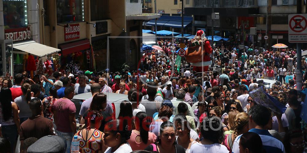 São Paulo, 21/11/2014 - Com o feriado pronlogado do dia 20 de novembro, dia da Consciência Negra, os paulistanos que não foram viajar aproveitaram para fazer as compras de Natal na região da rua 25 de Março. Foto: Marcelo S. Camargo/Frame