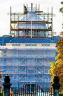 The Hague - The renovation of Huis ten Bosch is progressing steadily. The palace now stands all the way up. King Willem-Alexander and Queen Máxima hope to relocate with their families by the end of 2018 or early 2019. The renovation costs 59 million euros. king willem alexander and queen maxima will be living ROBIN UTRECHT from 2019 DEN HAAG - De verbouwing van Huis ten Bosch vordert gestaag. Het paleis staat nu helemaal in de stijgers. Koning Willem-Alexander en koningin Máxima hopen met hun gezin eind 2018 of begin 2019 te kunnen verhuizen.De renovatie kost 59 miljoen euro. koning willem alexander en koningin maxima zullen er vanaf 2019 gaan wonen ROBIN UTRECHT