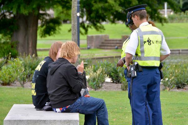 Nederland, Rotterdam, 15-9-2012Twee politieagenten spreken een paar jongens aan.Ze hebben een fles drank van de jongeren afgenomen.Foto: Flip Franssen/Hollandse Hoogte